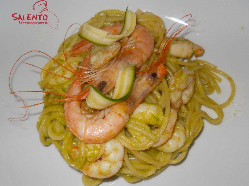 spaghetti con gamberi e pesto di zucchine cotte